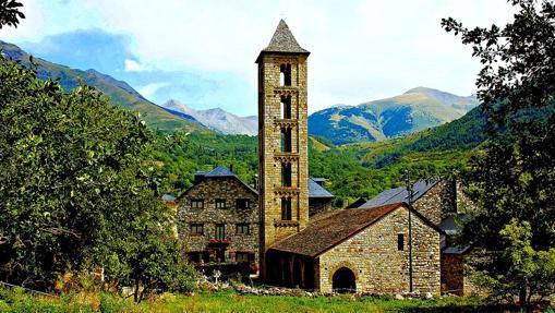 El imponente campanario de Santa Eulalia destaca aún más contra la nieve invernal