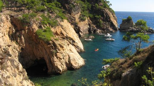 En los «caminos de ronda» sobresalen los acantilados y calas de la Costa Brava