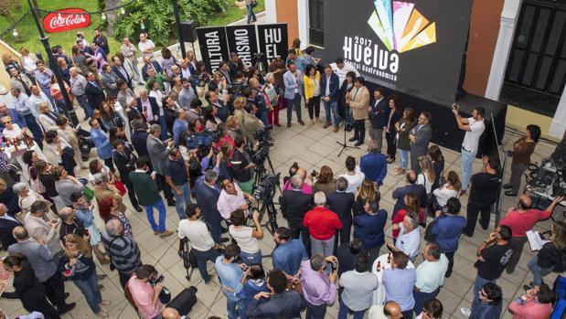 El alcalde de Huelva, Gabriel Cruz, tras conocer la noticia de que Huelva ha sido nombrada Capital Española de la Gastronomía en 2017, en el patio de la Casa Colón de la capital onubense