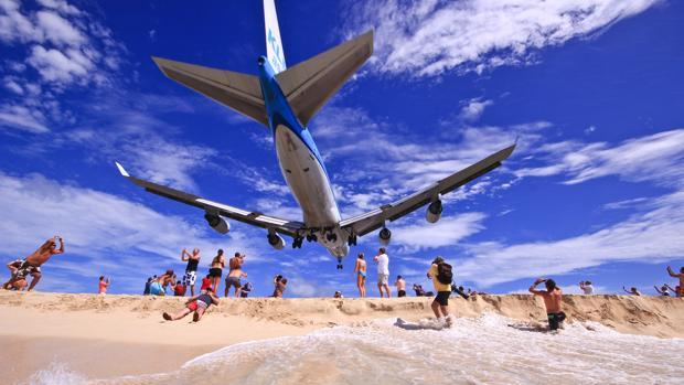 Momento del aterrizaje de un avión en el aeropuerto Princesa Juliana