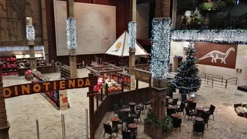 Decoración navideña en la zona de la tienda de Dinópolis