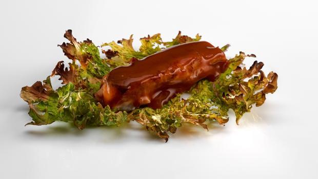 Cordero glaseado sobre sal de hojas, en Mugaritz, uno de los favoritos para conseguir su tercera estrella