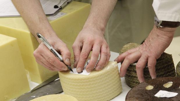 Miembros del jurado internacional prueban los quesos en el festival de San Sebastián celebrado la semana pasada