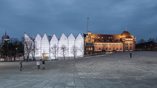 En primer plano, la terraza ondulante del Museo Nacional, en Szczecin (Polonia). Detrás, el edificio de la Filarmónica