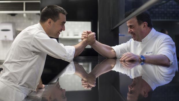 Martín Berasategui, a la derecha, y Paolo Casagrande, a la izquierda, en el restaurante Lasarte de Barcelona