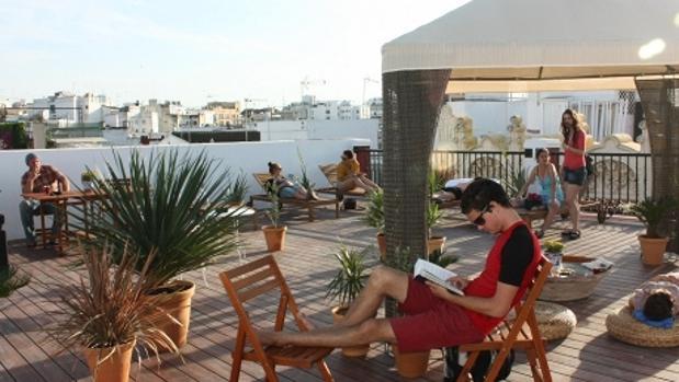 La terraza, uno de los atractivos del Oasis Backpacker´s Palace Sevilla. Fuente: hostelsoasis.com