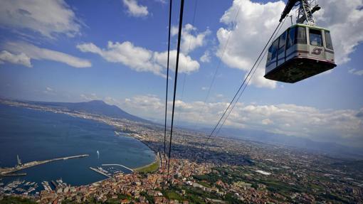 Teleférico entre la estación de Castellammare di Stabia y la montaña Faito durante su reapertura, en mayo de 2016, tras años de renovación en Nápoles (Italia)