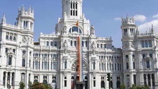 Despliegue de la bandera por el Día del Orgullo Gay en el Ayuntamiento