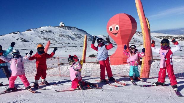 Un grupo de niños da sus primeros pasos en la nieve