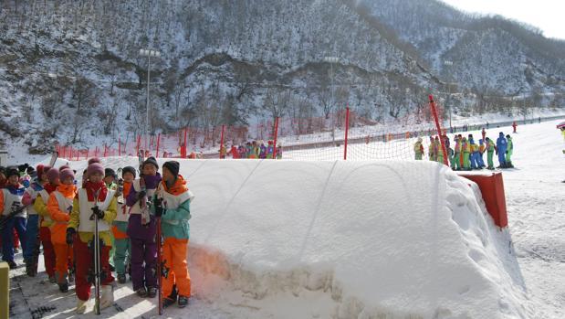 Un grupo de niños norcoreanos se dispone a recibir su primera lección de esquí en Masikryong