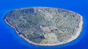 La isla deshabitada en forma de huella dactilar llena de muros de piedra