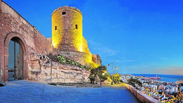 Vista nocturna de La Alcazaba, con Almería a sus pies