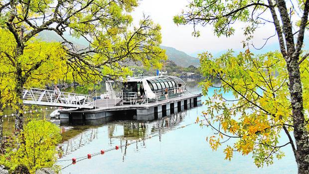 Este barco ecológico realiza un crucero medioambiental por el lago de Sanabria