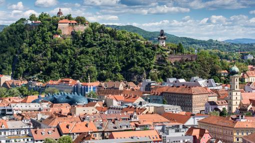 En la imagen Schlossberg o Castillo de la Colina, en Graz