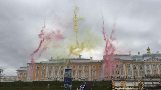 La bandera española sobrevoló los jardines del Palacio de Peterhof durante el espectáculo que puso el broche final al Año Dual de Turismo de España y Rusia