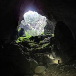 Una de las dolinas de la cueva