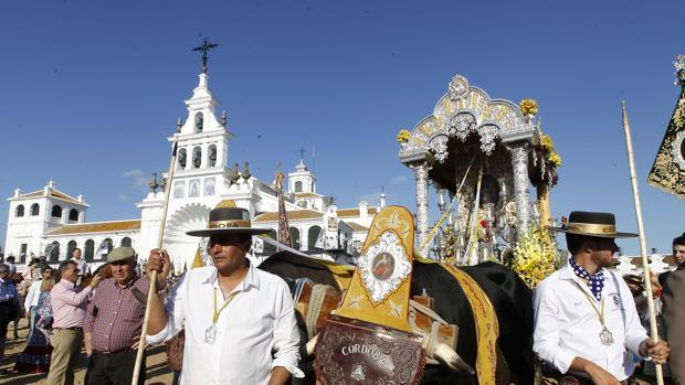 La hermandad del Rocío de Córdoba, ante el Santuario de la «Blanca Paloma»
