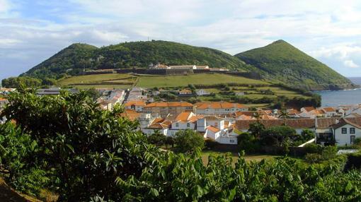 Al fondo, la fortaleza de São João Baptista, en el Monte Brasil. En primer plano, Angra do Heroísmo