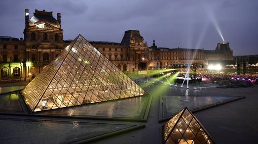 A la derecha, junto a la pirámide del Louvre, un acto de Emmanuel Macro durante la campaña electoral francesa