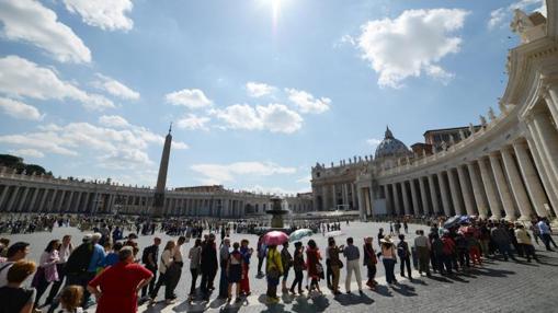 Vista general de la cola de peregrinos que aguardan para entrar en la Basílica de San Pedro