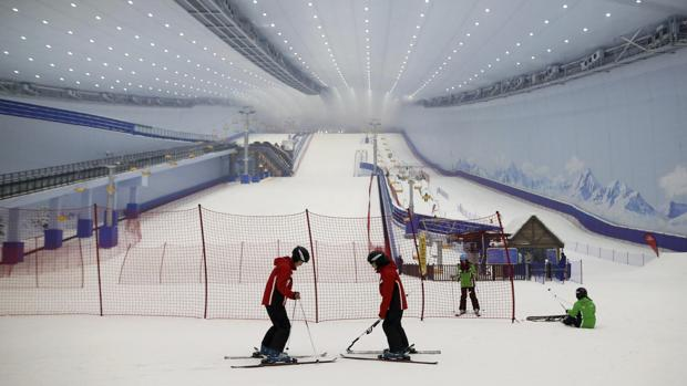 Vista de un telesilla durante la ceremonia de apertura de la Ciudad de Turismo Cultural Wanda, que cuenta con el complejo de esquí cubierto más grande del mundo, en Harbin, Heilongjiang, noreste de China