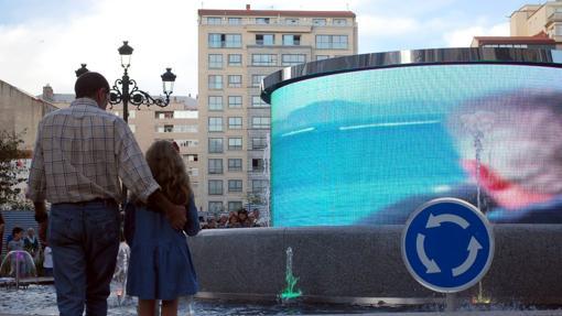 Rotonda con la pantalla LED, en el último tramo de la calle Rosalía de Castro en Vigo