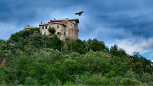 Un espectacular castillo sobre un nido de águilas, convertido en casa rural