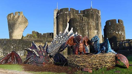 Familia de dragones a orillas del Castillo de Caerphilly