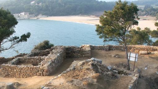 La playa de Castell, al fondo, vista desde el poblado ibérico