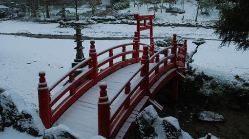 Puente rojo del Parque Oriental de Maulévrier en invierno