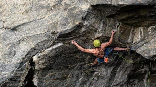 Adam Ondra escalando en la cueva de Hanshelleren en Flatanger (Noruega)