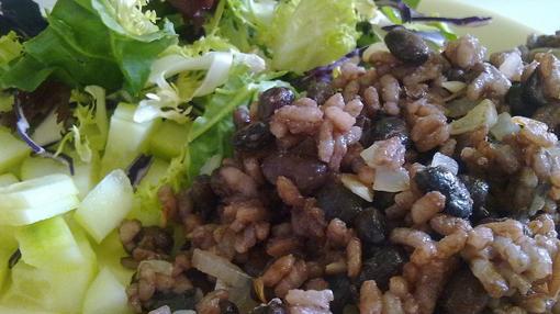 Gallo pinto acompañado de ensalada