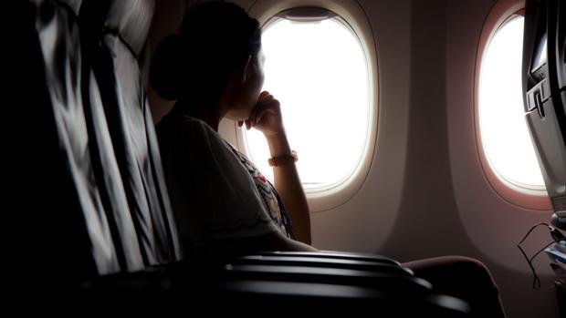Una pasajera en la ventanilla de un avión