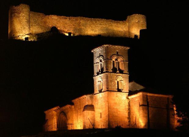 Ermita de Santa Cecilia de Aguilar, con el castillo al fondo