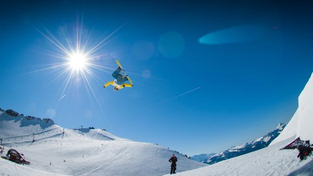 Un espectacular salto de un especialista en snowboard