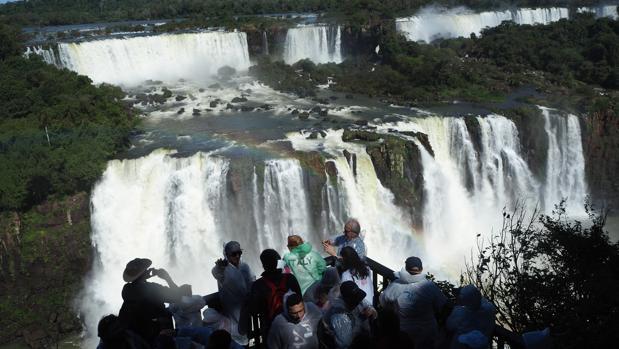 Turistas ante el espectáculo de las cataratas de Iguazú