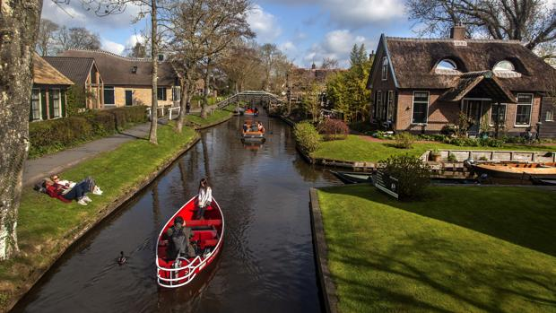 Giethoorn, un pueblo de Holanda conocido como «La Venecia del norte», situado al borde de un parque natural a 120 kilómetros de Amsterdam