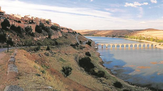 Desde el municipio de Maderuelo se salva el pantano por un puente para llegar a la ermita de la Santa Cruz