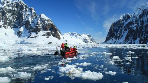 Excursión en el canal Lemaire, un estrecho que separa la isla Booth de la costa Graham en el oeste de la península Antártica