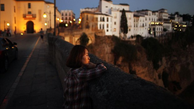 Una turista oriental en el Puente Nuevo de Ronda (Málaga)