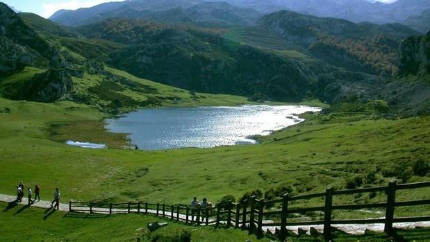 Lago de Enol, en el Parque Nacional de los Picos de Europa (en 1918 era el Parque nacional de la Montaña de Covadonga)