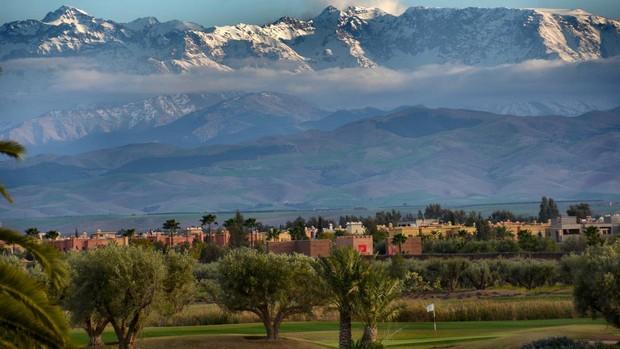 Entre picos nevados, olivares y palmerales se extiende el desierto de Agafay