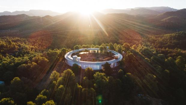 Solo Office, una casa rural para seis personas construida en Teruel como parte de un proyecto arquitectónico singular