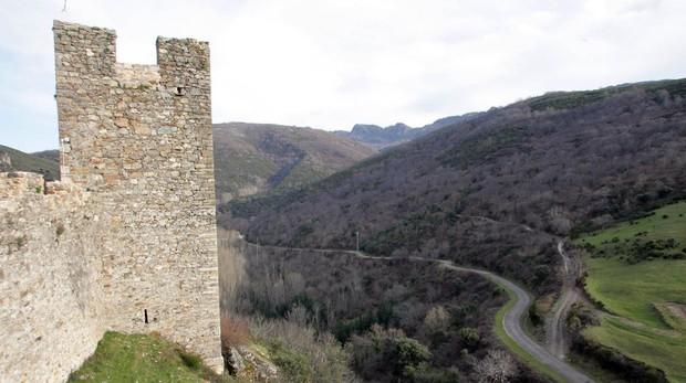 Castillo de Cornatel (León) junto al que pasa el Camino de Invierno (a la derecha )