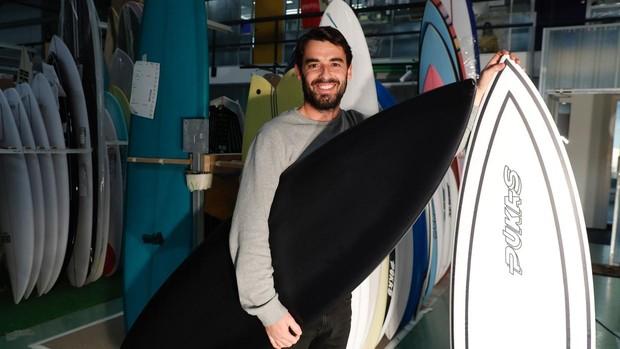 En la imagen el surfista profesional y responsable de calidad de Pukas, Odei Collazo, posa con el modelo presentado al certamen