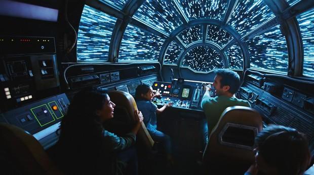 Imagen cedida de una recreación artística de personas a bordo del Millennium Falcon en el nuevo parque temático de Disney «Galaxy's Edge»