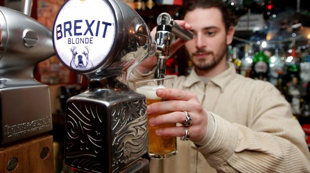 Un camarero del Cricketer English Pub sirve la cerveza Brexit