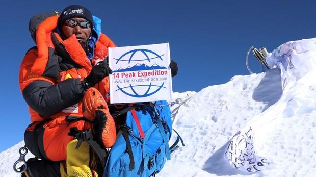 El alpinista nepalí Kami Rita Sherpa posa en la cima del Everest, cumbre que ha alcanzado en 24 ocasiones